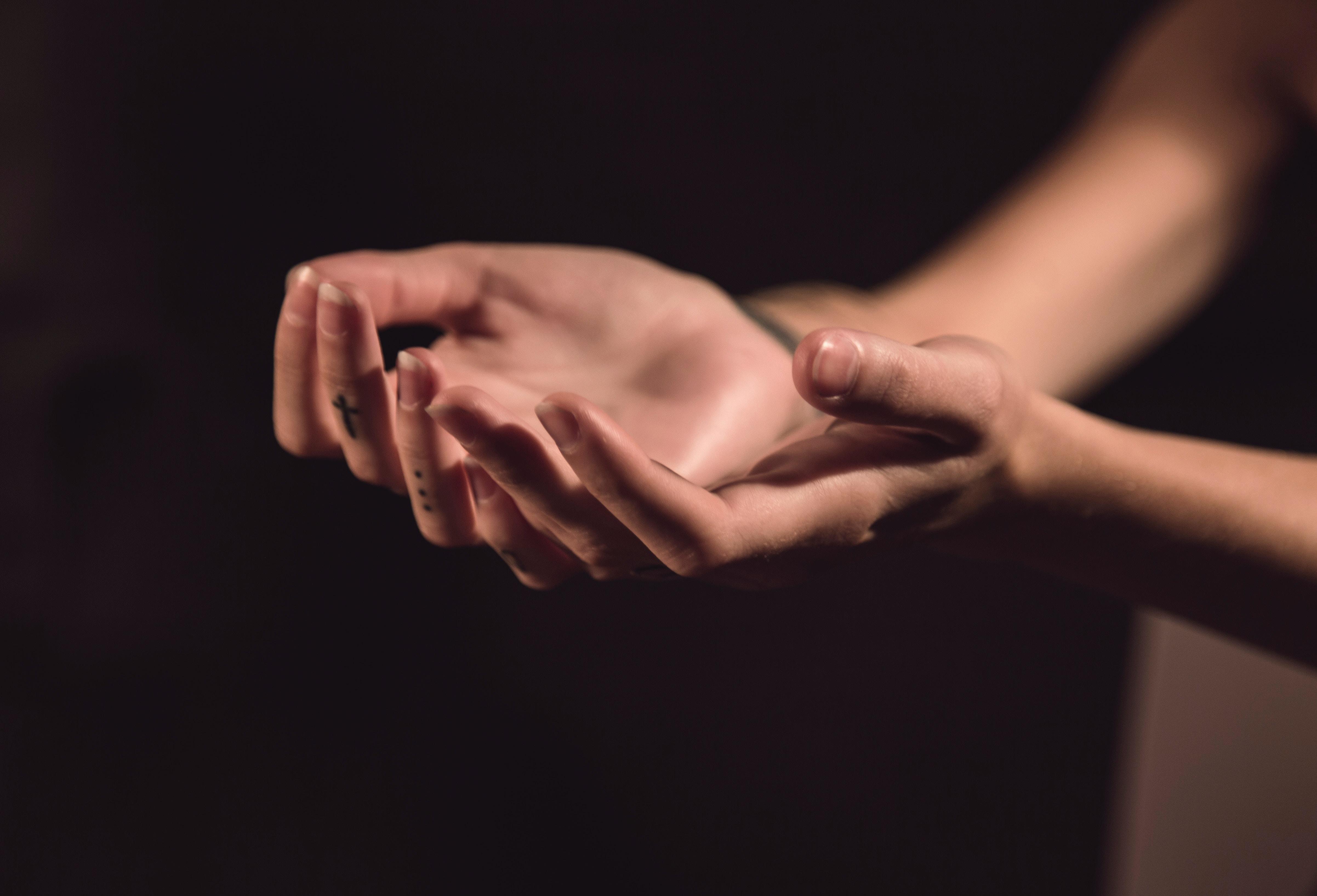Palmo mani che eseguono la guarigione Reiki